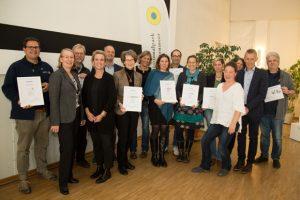 Bei einem Treffen im Wattenmeer Besucherzentrum Wilhelmshaven nahmen VertreterInnen von 9 der 18 zertifizierten Nationalpark-Einrichtungen ihre Urkunden von TMN-Geschäftsführerin Meike Zumbrock (4.v.l.) entgegen. Als Partner des Zertifizierungs-Prozesses waren Imke Wemken (OTG, 2.v.l.) und Peter Südbeck (Nationalparkverwaltung, 2.v.r.) dabei