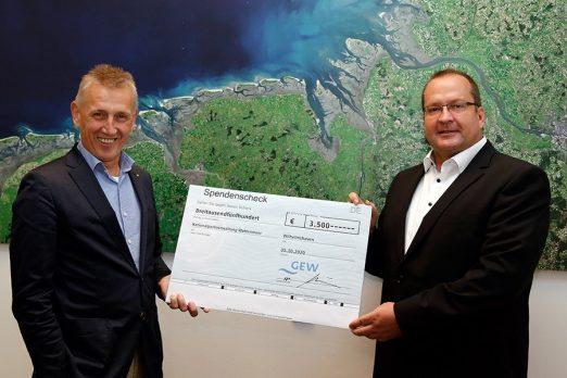 Nationalpark-Leiter Peter Südbeck (links) und Kai Rückstein (Vertriebsleiter GEW) bei der Spendenübergabe