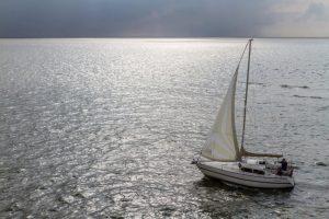 Segelboot im Wattenmer