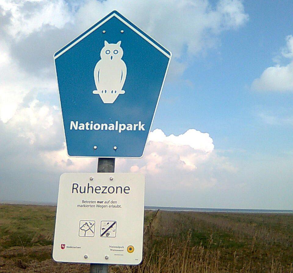 Nationalpark-Schild mit Kennzeichnung der streng geschützten Ruhezone