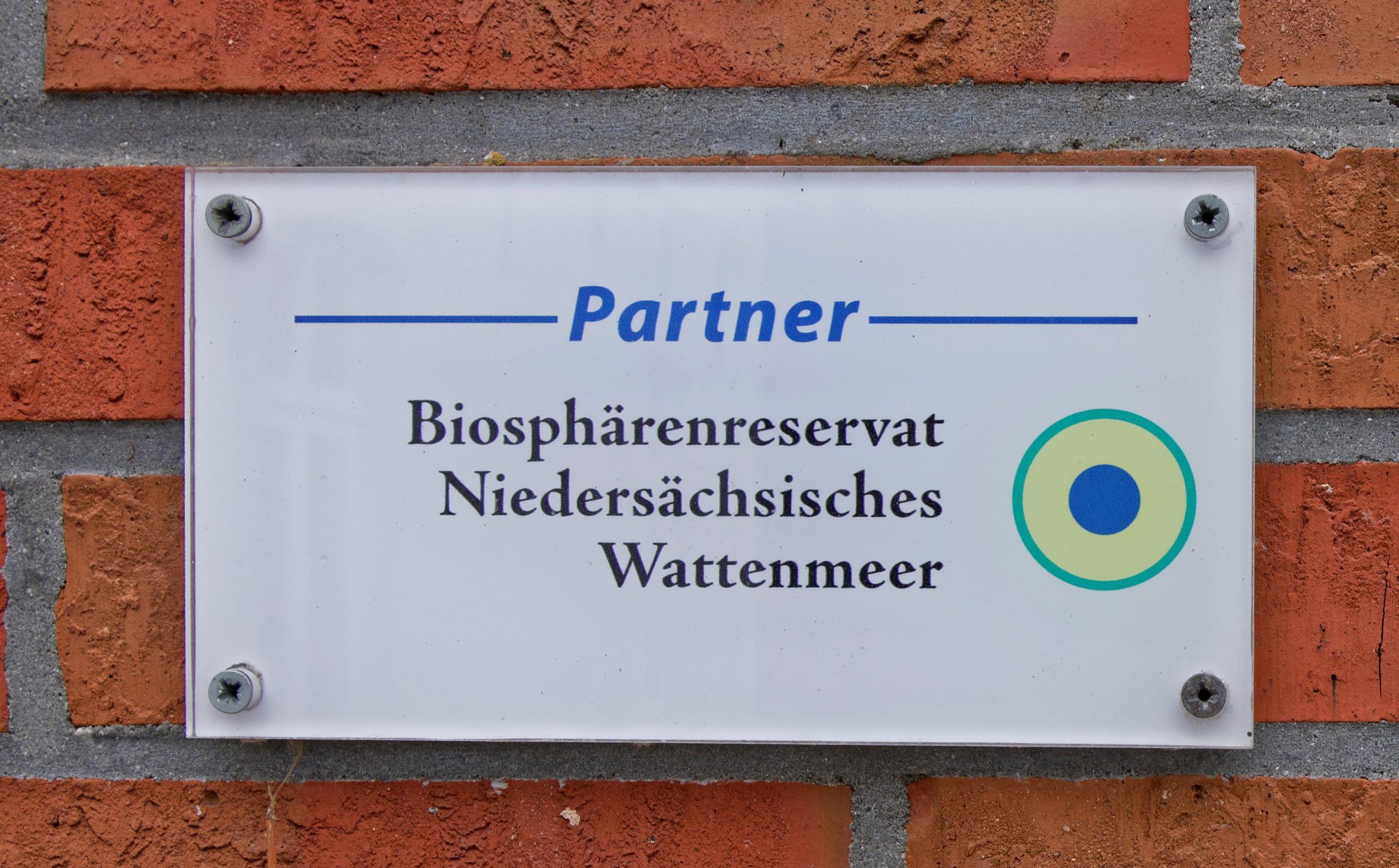Biosphärenreservat Partner-Schild am Eingang eines Partnerbetriebes. Foto: Astrid Martin