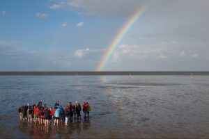 Wattwanderung mit Regenbogen