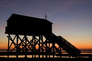 Pfahlbau in St. Peter-Ording bei Sonnenuntergang