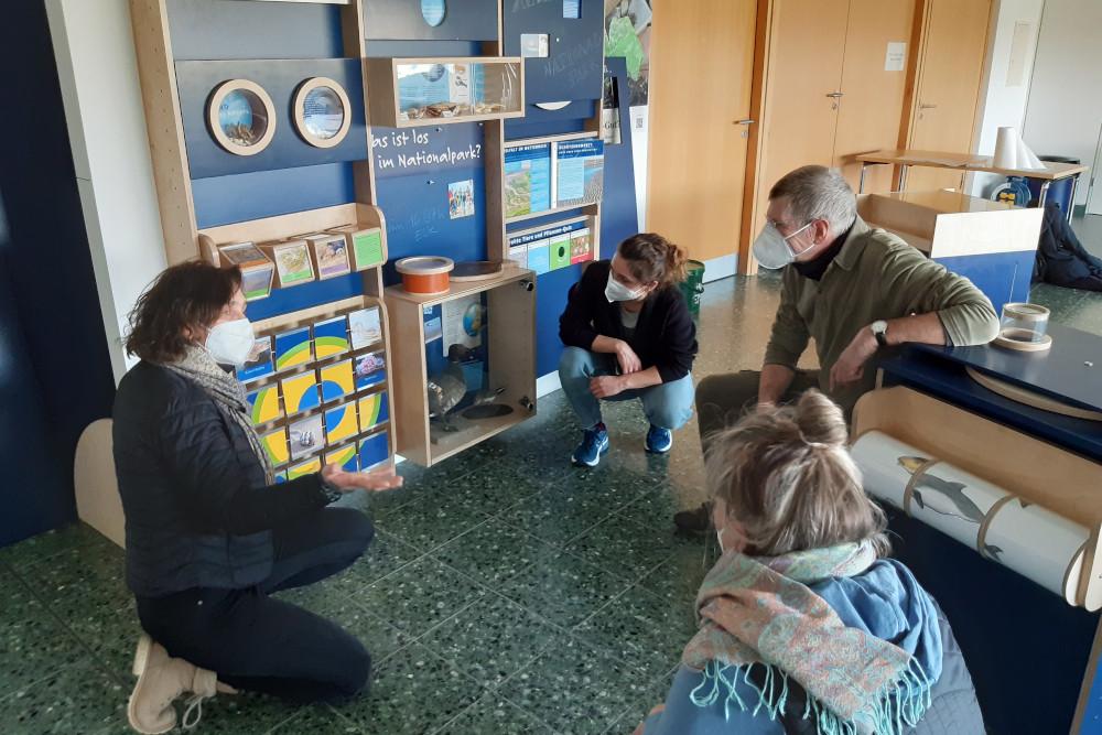 Margit Becker von NaturErleben stellt einem Kita-Team die Nationalparkecke vor