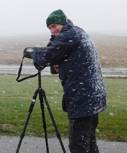 Nationalpark-Ranger Simon Potthast bei der winterlichen Vogelzählung