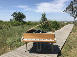 Konzertflügel am Strand