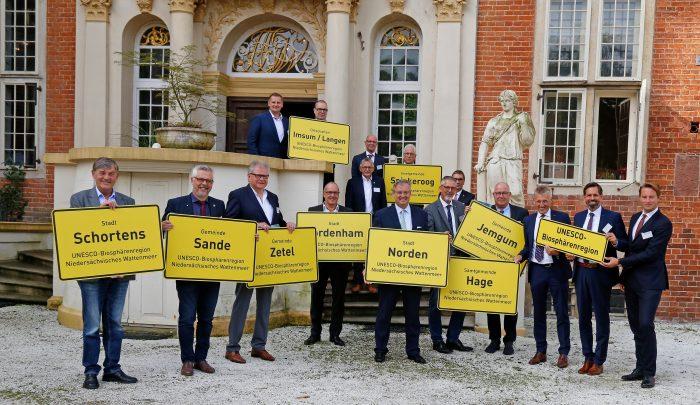 Teilnehmende der Veranstaltung zur Unterzeichnung der Kooperationsvereinbarungen zur Biosphärenregion Niedersächsisches Wattenmeer