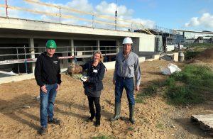 Sind zufrieden mit dem Baufortschritt der Otteranlage am Multimar Wattforum: Projektleiterin Marén Bökamp-Hamkens (m.), Multimar-Leiter Gerd Meurs-Scher (r.) und Bauleiter Nils Tolk.